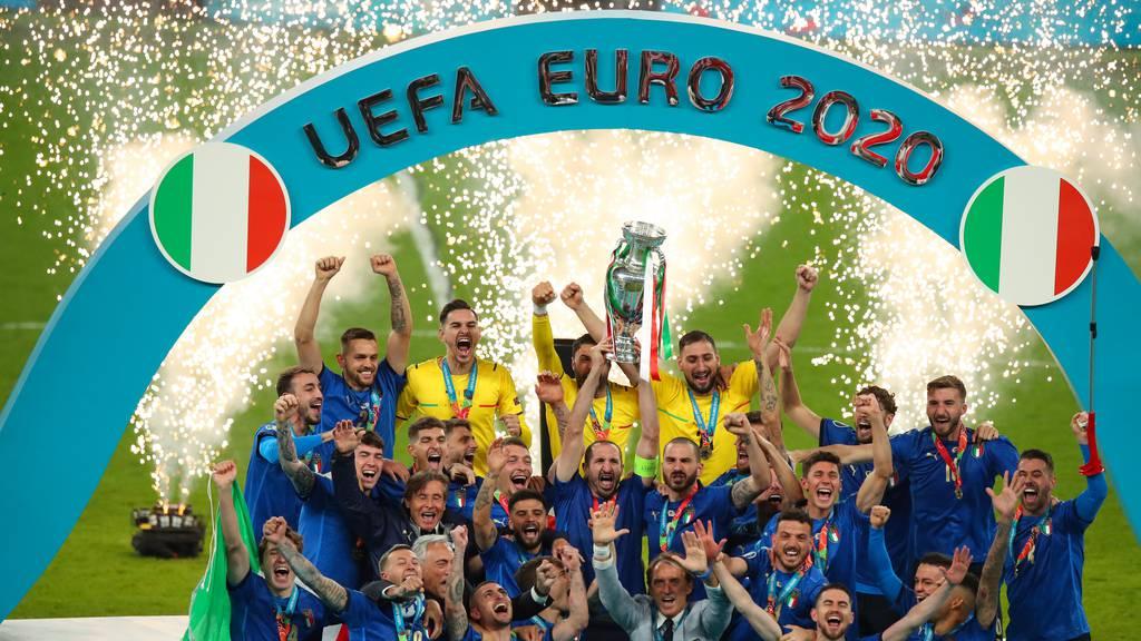 Italien schlägt England im Elfmeterschiessen