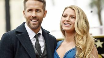 """Ryan Reynolds (l) hat nach eigenen Angaben den Erfolgsdruck während der """"Deadpool""""-Dreharbeiten nur dank seiner Frau Blake Lively (r) durchgestanden. Dafür gabs eine Golden-Globe-Nominierung - ungewöhnlich für einen """"Marvel""""-Film. (Archivbild)"""