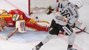Julien Sprunger bezwingt den Bieler Goalie Jonas Hiller und schiesst damit Fribourg-Gottéron im Penaltyschiessen zum Sieg