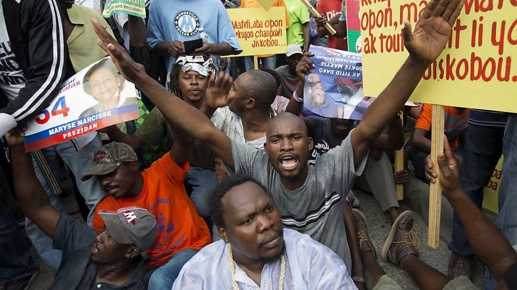 Bewohner Haitis machen in Port-au-Prince ihrem Ärger über die Wahlen vom Oktober Luft.