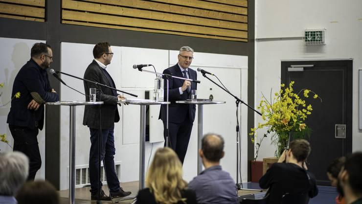 Jonas Lüscher, Sebastian Ramspeck und Andreas Glarner (von links nach rechts) bei der Debatte am Europatag der Kanti Wohlen.