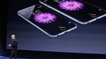Beim iPhone 6 mit herkömmlicher Batterie wurde die Spitzenleistung automatisch gedrosselt. Im Bild: Apple-Unternehmenschef Tim Cook. (Archivbild)