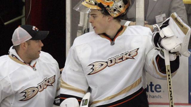 Für Hiller (rechts) geht der NHL-Ernst wieder los