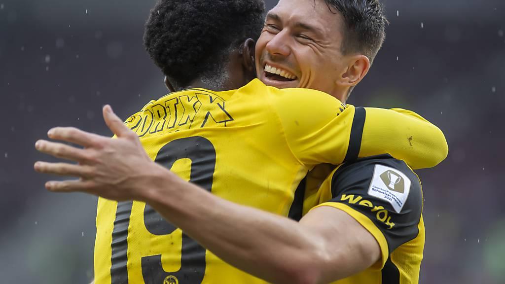 Christian Fassnacht jubelt mit Assistgeber Felix Mambimbi über das zweite seiner drei Tore