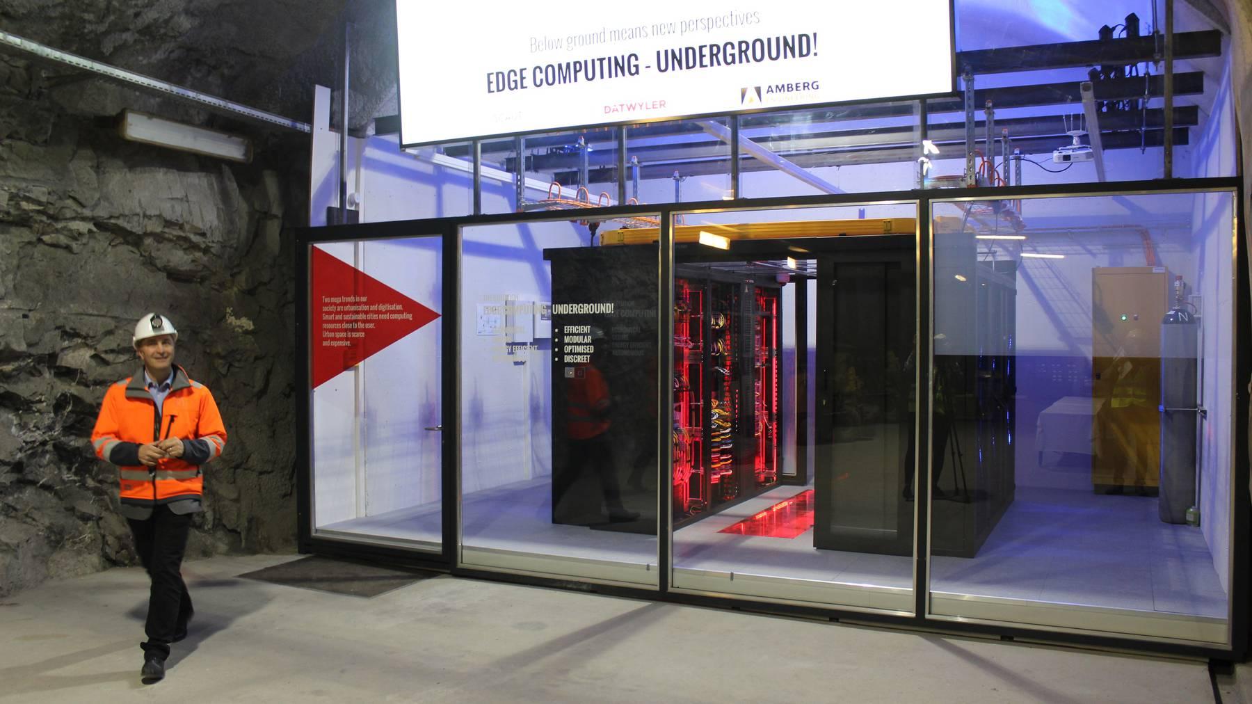 Michael Kompatscher präsentiert das Mikro-Datencenter. Seit erst zwei Wochen ist es in Betrieb.