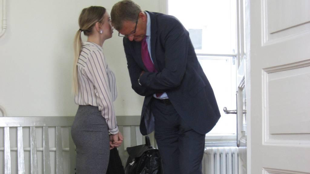 Kristina V. im Gespräch mit ihrem Anwalt.