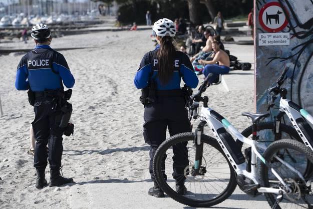 Polizeipatrouille in Lausanne in Zeiten des Corona-Virus: Polizisten greifen ein, wenn sich zu viele Menschen ansammeln.