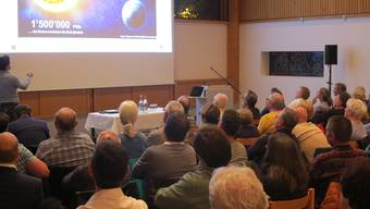 Interessierte hören dem Vortrag über die Heinzungssysteme zu.