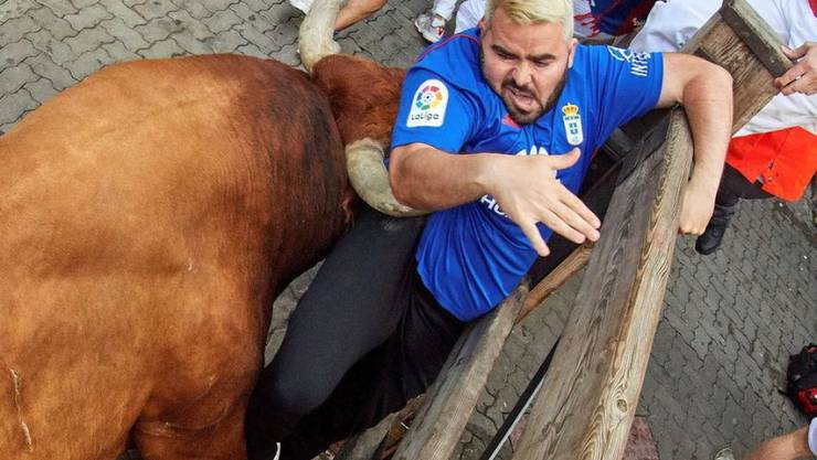 Beim siebten und letzten Stierrennen in Pamplona wurden am Sonntag erneut drei Läufer von Stieren aufgespiesst.