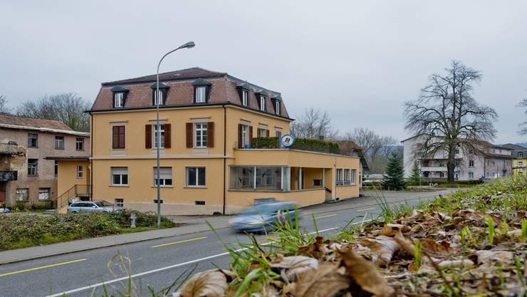 Wo heute das verfallene Gebäude (links) steht, sind zwei Neubauten geplant. (Archiv)