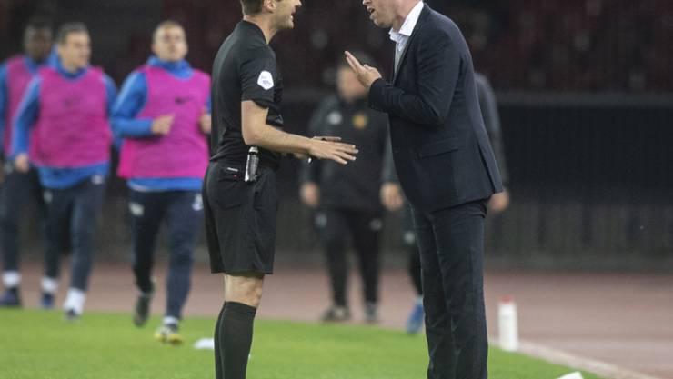 Mit dem Schiedsrichter nicht einverstanden: FCZ-Trainer Ludovic Magnin (re.) im Cup-Halbfinal gegen den FC Basel
