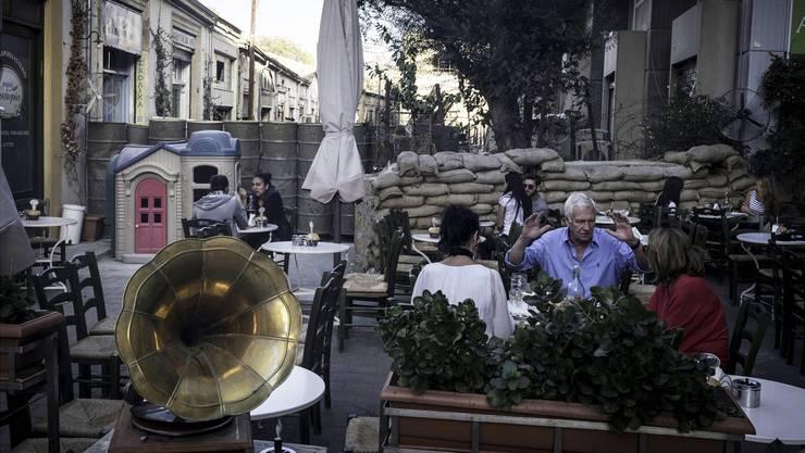 «Nicosia – die letzte geteilte Hauptstadt Europas»: Die Grenze geht beispielsweise mitten durch den Garten eines Restaurants.