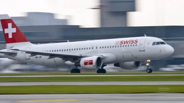 Swiss Airbus A320-214 beim Start am Flughafen Kloten (Symbolbild)