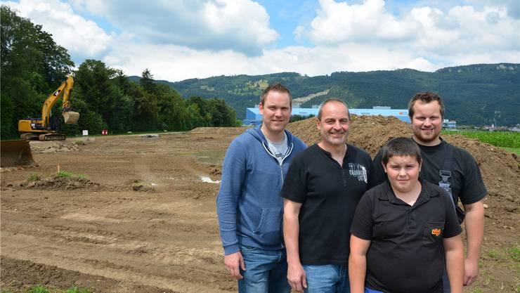 Auf der grossräumigen Baustelle (v.l.): Projektleiter Stefan Achermann (Krieger AG), Landwirt Andreas Zeltner mit den Söhnen Tobias (14) und Samuel (25).