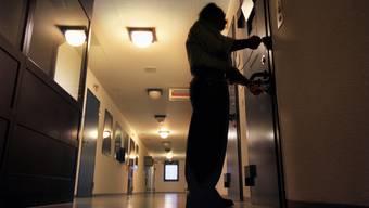 Beim Aufschliessen der Zelle fand der Aufseher den leblosen Körper des Häftlings vor. (Symbolbild)
