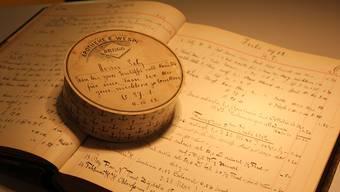 Der Inhalt dieser Teedose am 4. Juli 1912 ist in einem grossen Buch fein säuberlich festgehalten – der Abführtee kostete damals Fr. 1.30.CM