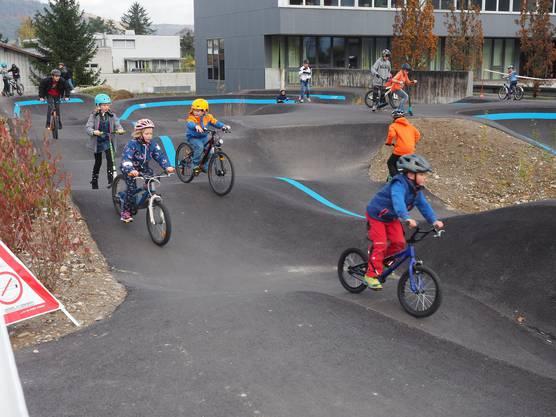 Der neue «Pumptrack», ein Rundkurs für Mountainbikes und Skateboards auf dem Schulgelände, wird schon rege genutzt.