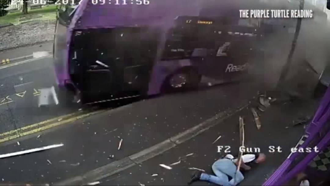 Simon Smith wird vom Bus angefahren