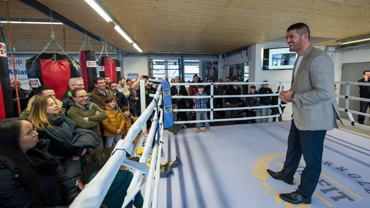 Arnold Gjergjaj bei seiner Ansprache im eigenen Boxring.