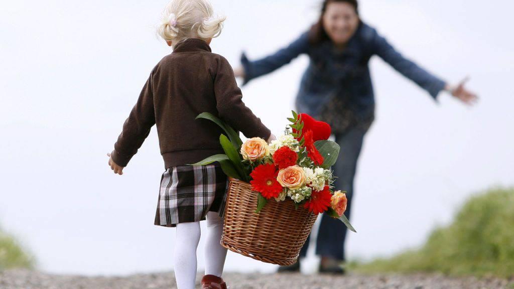 Früher schenkte man Selbstgebasteltes, heute Erlebnisse und Lifestyle-Produkte: Die Geschenke zum Tag der Mutter haben sich in den vergangenen Jahren verändert. Eines jedoch blieb gleich: Am liebsten werden Blumen geschenkt. (Symbolbild)
