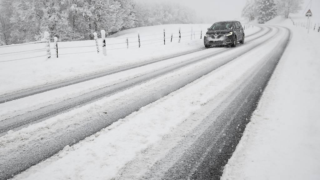 Die Obwaldner Polizei erinnert daran, dass auf verschneiten Strassen das Tempo den Verhältnissen angepasst werden muss. Absichtliches so genanntes Driften sei gefährlich und verboten, schreibt sie. (Themenbild)