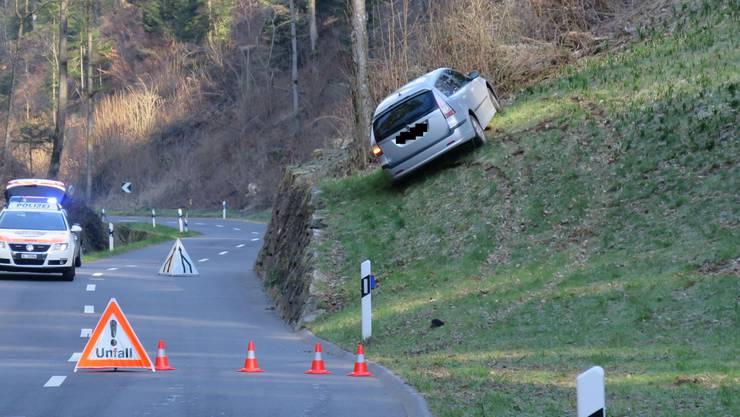 Am Dienstag kam in Gelterkinden eine Autofahrerin von der leicht vereisten Rünenbergerstrasse ab. Das Auto drohte zu kippen.