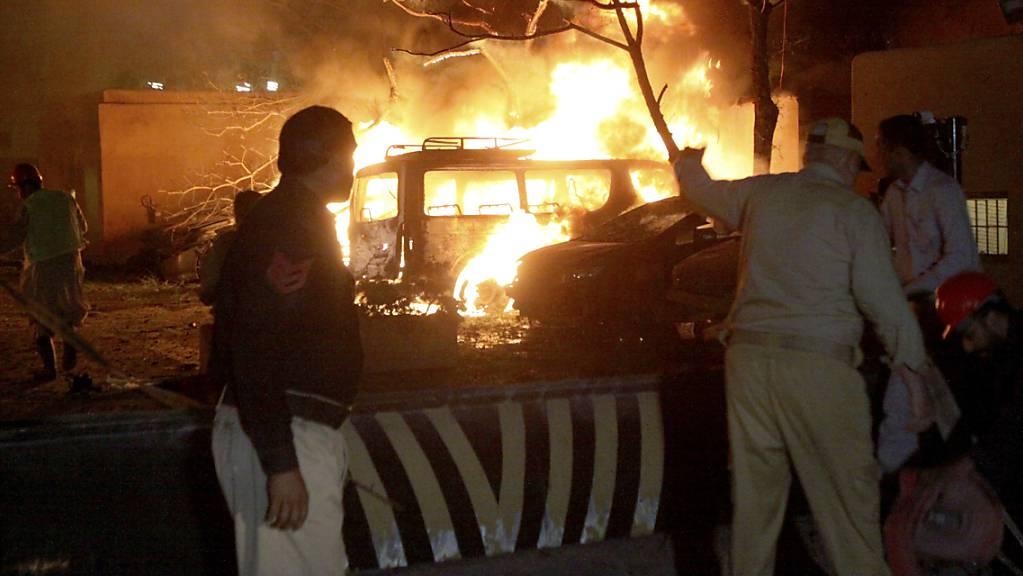 Ein Polizist und Rettungskräfte kommen am Explosionsort in Quetta an. Foto: Arshad Butt/AP/dpa