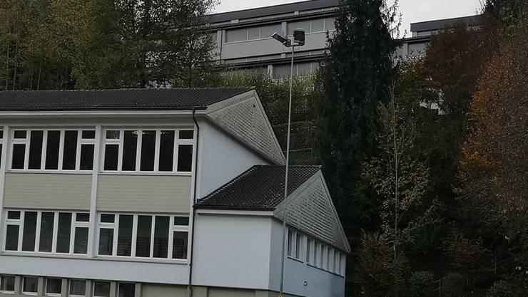Die Swisscom will auf dem Schulhaus Hübeli (hinten über der Turnhalle) eine Handy-Antenne bauen.