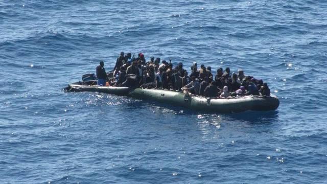 Flüchtlinge in einem Boot vor der italienischen Küste (Symbolbild)