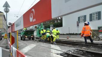 Baustelle Basel vor Kunstmuseum Tramgleis. Bauarbeiter BVB Schienen Gleisbau