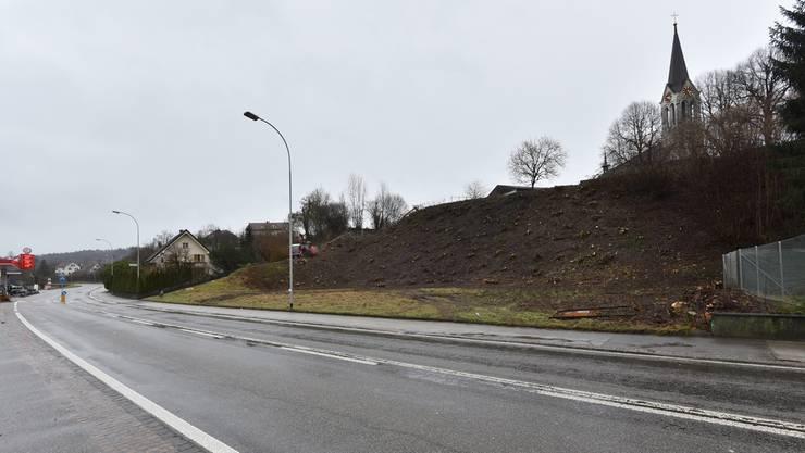Unterhalb der Kirche Gretzenbach wurde der Hang zur Hauptstrasse gerodet – hier soll das Westportal des Eppenbergtunnels der SBB entstehen.