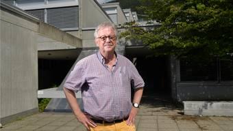 Claude Barbey, Stadtbaumeister von 1996 bis 2014. Im Hintergrund der terrassenartige Bau des Haldenschulhauses.