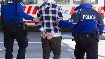 160 kosovarische Häftlinge sitzen in Schweizer Gefängnissen. Mit dem Überstellungsabkommen von Mai 2014 könnten sie ihre Strafe auch in ihrem Heimatland absitzen. (Symbolbild)
