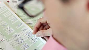 Berater füllt Steuererklärung aus