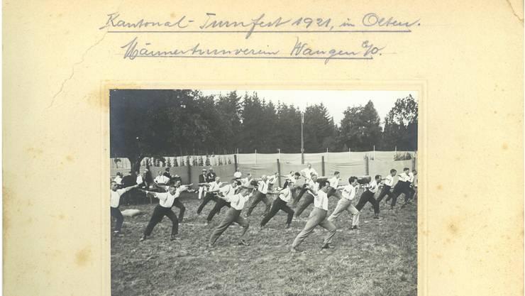 Der Männerturnverein Wangen bei Olten im Juli 1921 am kantonalen Turnfest in Olten.