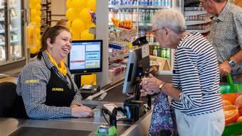 Sich Zeit nehmen für Kundinnen und Kunden, vor allem ältere: An den Kassen der niederländischen Supermarktkette Jumbo ist dies möglich.