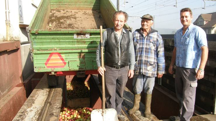 Waagmeister Karl Sonderegger, Landwirt Paul Mosimann und Geschäftsführer Adi Götschmann (von links) an der Rampe.  (ba)