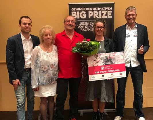 Moderator Ralph Steiner, Thomis Frau, der Zweitplatzierte Thomi, Siegerin Marianne, Grand-Casino-Baden-CEO Deflef Brose (von links nach rechts).