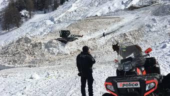 Ein Polizeibeamter bei der Suche im Lawinengebiet oberhalb von Riddes VS. Ein Mann ist weiterhin vermisst.