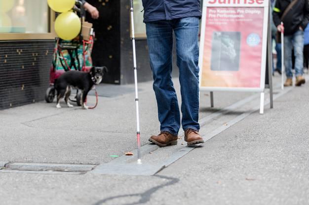 Am Tag des Weissen Stocks sensibilisieren Mitglieder des Schweizerischen Blindenbunds diverse Badener Geschäfte auf Hindernisse auf dem Trottoir für sehbehinderte Menschen.