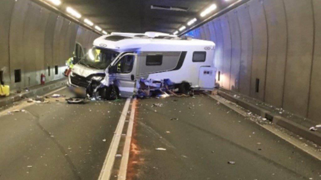 Bei einer Kollision im Gotthard-Strassentunnel sind fünf Personen verletzt worden.