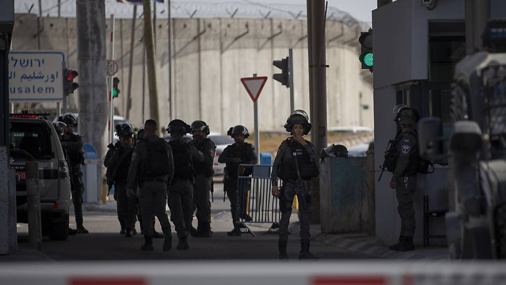 Mitglieder der israelischen Streitkräfte versammeln sich an einem Kontrollpunkt zwischen Jerusalem und Ramallah, an dem eine Frau erschossen wurde. (Archivbild)