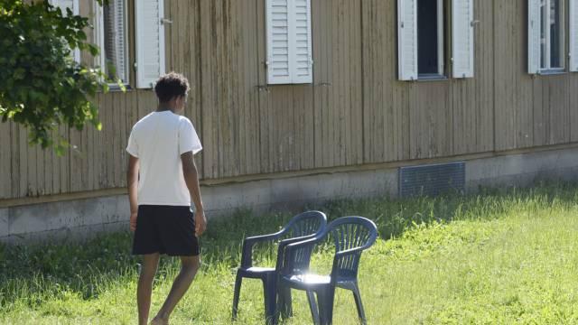 Ein Mann geht durch ein Asylzentrum in Zürich (Symbolbild)