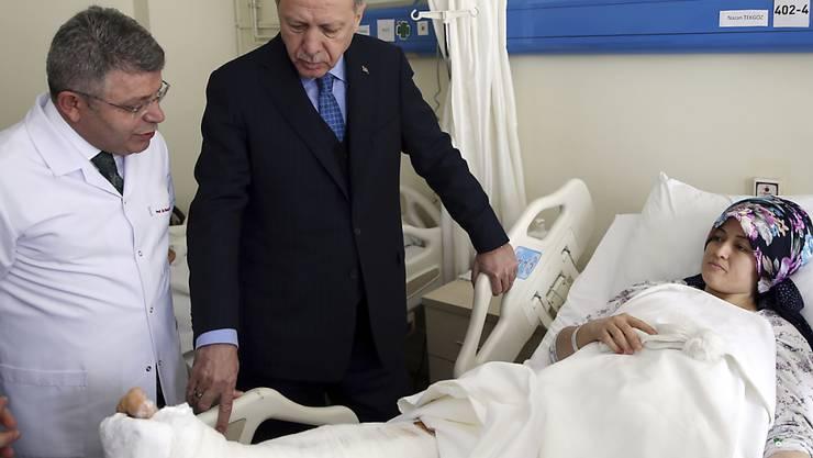 Der türkische Staatspräsident Recep Tayyip Erdogan besuchte am Samstag zunächst den Unglücksort und später einige der Opfer in einem Krankenhaus.