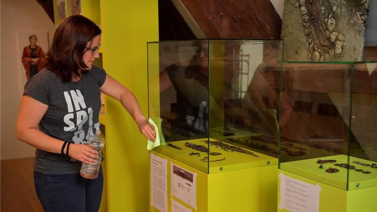 Museumsleiterin Angela Kummer bei den Vorbereitungen zur Ausstellung mit den Leihgaben der Kantonsarchäologie.