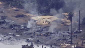 Blick auf eine illegale Ölförderanlage im Nigerdelta (Archiv)