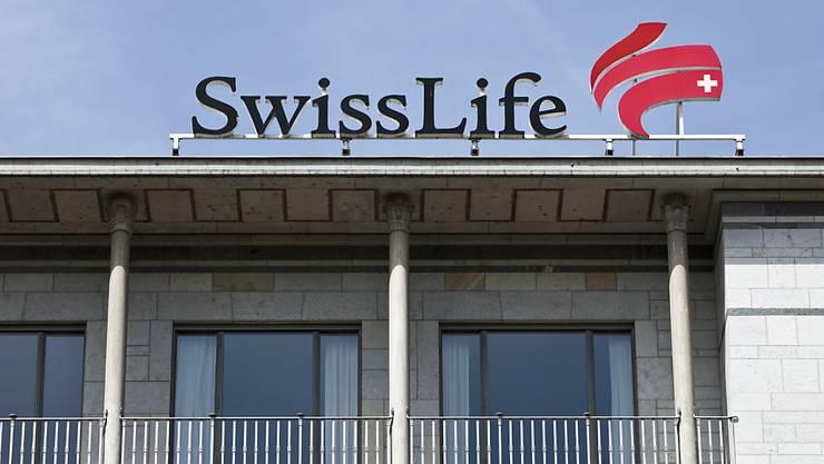 Der Lebensversicherer Swiss Life gibt in der beruflichen Vorsorge weiterhin einen vergleichsweise hohen Betrag an die Versicherungsnehmer. (Archivbild)