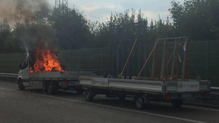 Der Lieferwagen geriet auf der AUtobahn in Brand. Ursachen sind noch unbekannt.