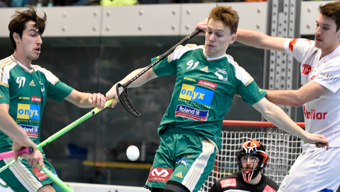 Mit Jan Bürki (Bildmitte) gab ein weiteres Wiler Jungtalent sein Debüt im NLA-Team.