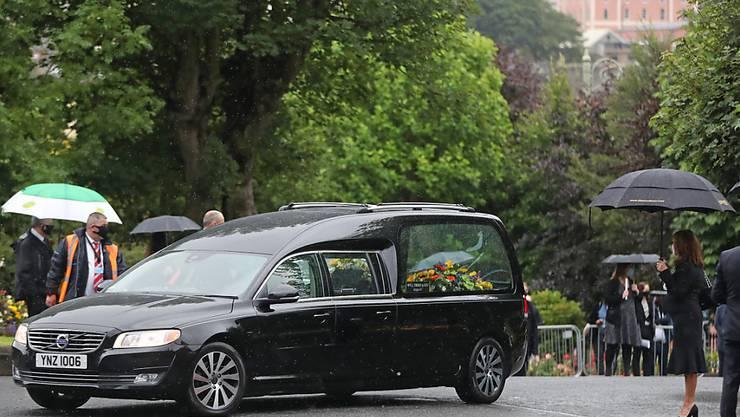 Der Leichenwagen mit dem Leichnam des Friedensnobelpreisträgers John Hume trifft vor dessen Beerdigung an der St. Eugene's Cathedral ein. Foto: Niall Carson/PA Wire/dpa